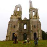 abbaye du mont saint eloi avec chien